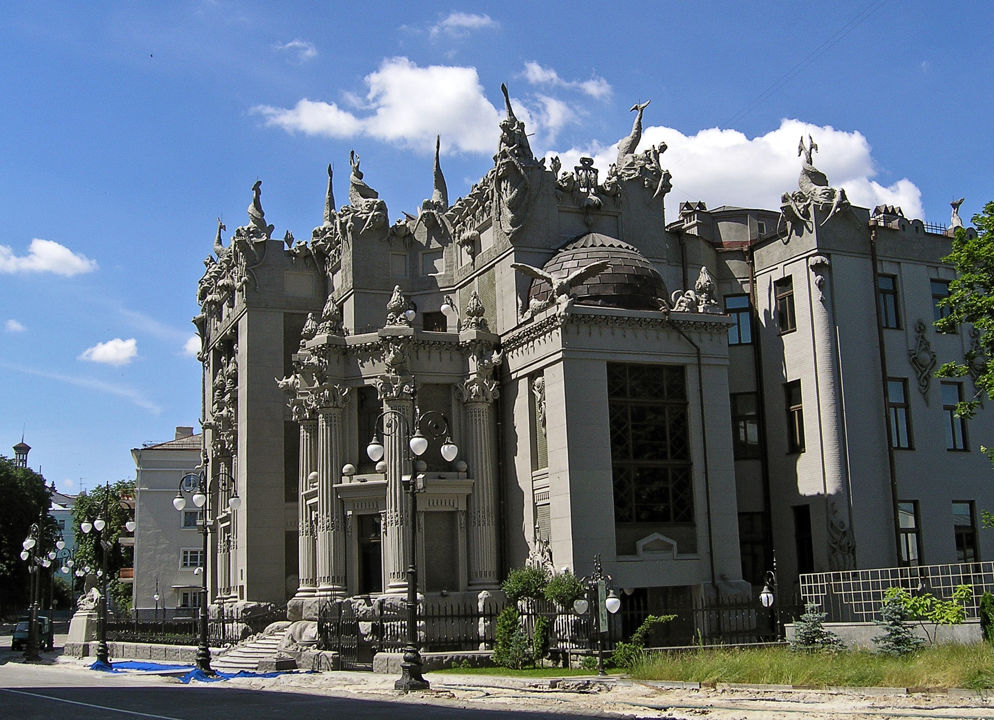 House_with_Chimaeras.jpg