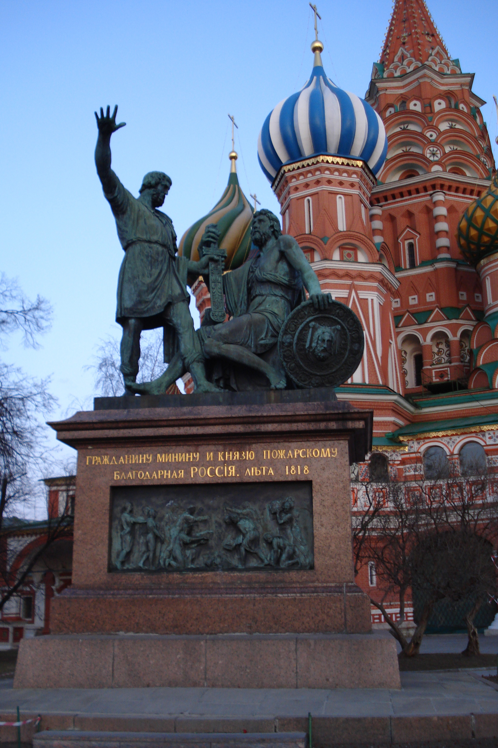 Monument_to_Minin_and_Pozharsky_and_St_Basils_Cthedral2.jpg